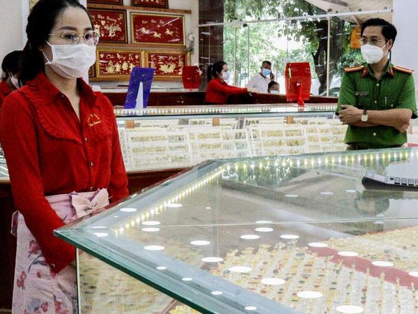 Nữ nhân viên tiệm vàng trộm 2.380 nhẫn vàng-1