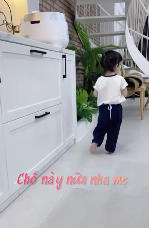 Clip siêu dễ thương của con gái Nhã Phương - Trường Giang: Vừa lau dọn nhà cửa, vừa hát líu lo đợi ba về-2