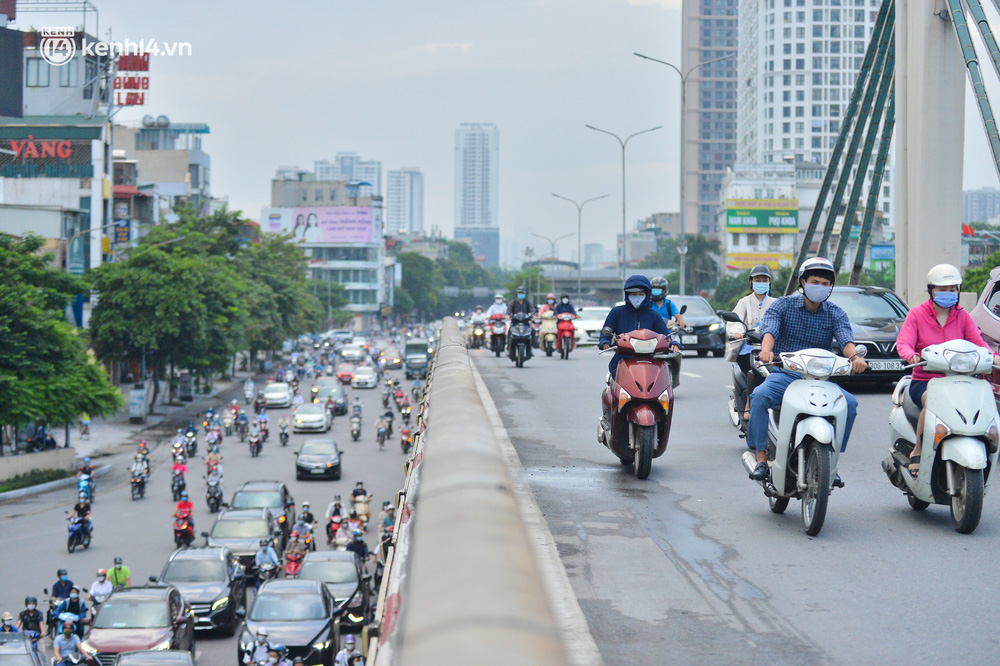 Ảnh: Đường phố Hà Nội đông nghịt sau khi dỡ bỏ toàn bộ chốt phân vùng, nới lỏng giãn cách xã hội-3