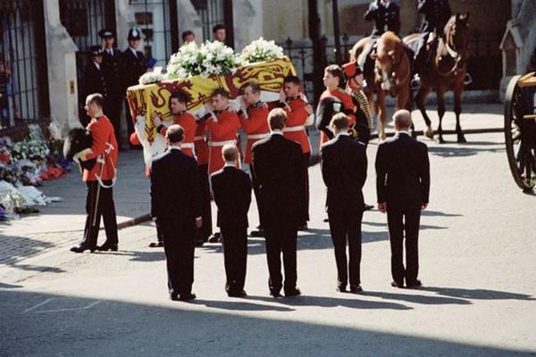 Anh em Hoàng tử William không được phép khóc và những chi tiết đau lòng ít ai biết tại tang lễ Công nương Diana 24 năm về trước-4
