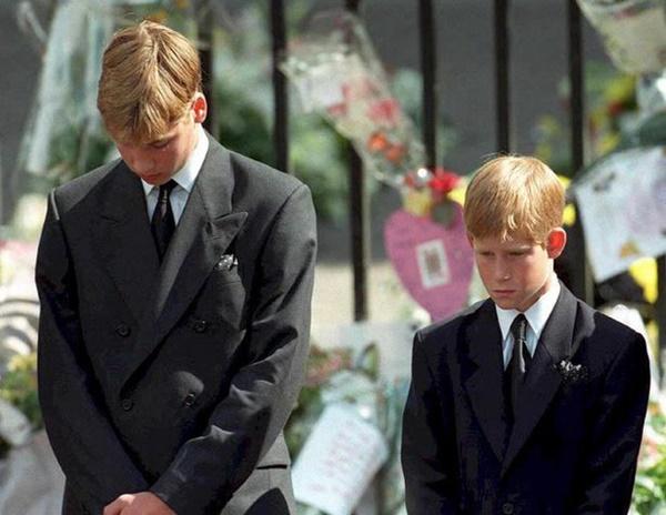 Anh em Hoàng tử William không được phép khóc và những chi tiết đau lòng ít ai biết tại tang lễ Công nương Diana 24 năm về trước-2