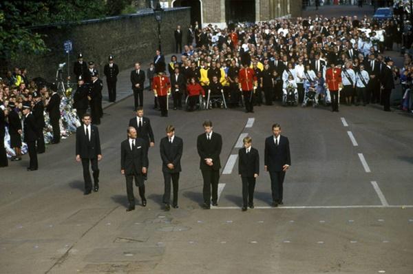 Anh em Hoàng tử William không được phép khóc và những chi tiết đau lòng ít ai biết tại tang lễ Công nương Diana 24 năm về trước-1