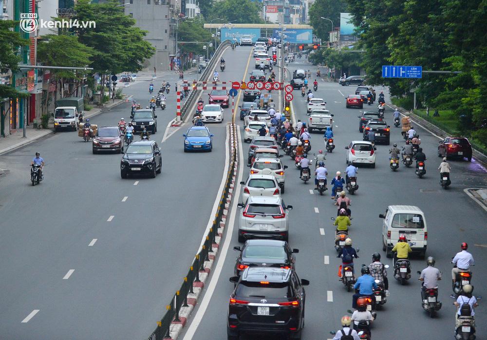 Ảnh: Đường phố Hà Nội đông nghịt sau khi dỡ bỏ toàn bộ chốt phân vùng, nới lỏng giãn cách xã hội-5