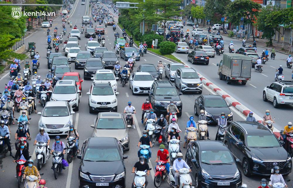 Ảnh: Đường phố Hà Nội đông nghịt sau khi dỡ bỏ toàn bộ chốt phân vùng, nới lỏng giãn cách xã hội-6