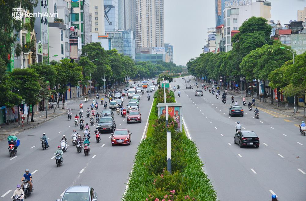 Ảnh: Đường phố Hà Nội đông nghịt sau khi dỡ bỏ toàn bộ chốt phân vùng, nới lỏng giãn cách xã hội-13