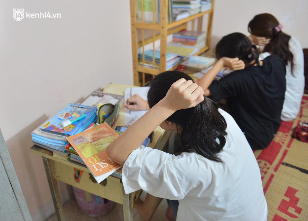 Quay cuồng cảnh học online trong gia đình 8 người con ở Hà Nội: Đứa mượn điện thoại, đứa đi học nhờ, đứa tranh thủ học ké khi anh chị được ra chơi-2