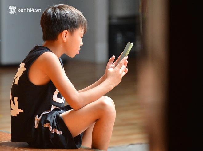Quay cuồng cảnh học online trong gia đình 8 người con ở Hà Nội: Đứa mượn điện thoại, đứa đi học nhờ, đứa tranh thủ học ké khi anh chị được ra chơi-4