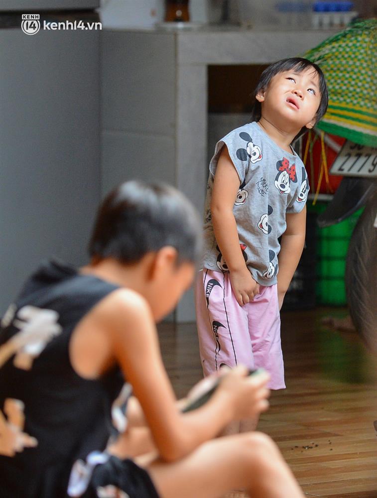 Quay cuồng cảnh học online trong gia đình 8 người con ở Hà Nội: Đứa mượn điện thoại, đứa đi học nhờ, đứa tranh thủ học ké khi anh chị được ra chơi-6