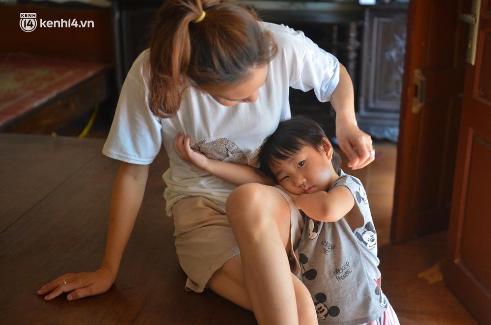 Quay cuồng cảnh học online trong gia đình 8 người con ở Hà Nội: Đứa mượn điện thoại, đứa đi học nhờ, đứa tranh thủ học ké khi anh chị được ra chơi-8