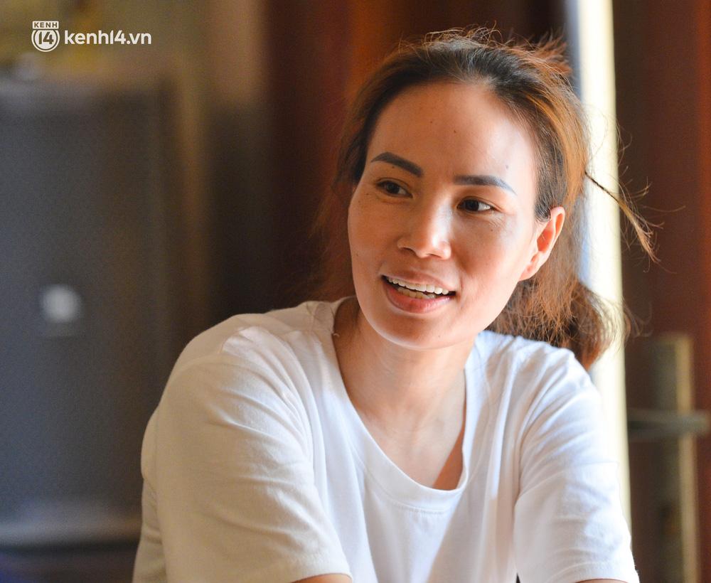 Quay cuồng cảnh học online trong gia đình 8 người con ở Hà Nội: Đứa mượn điện thoại, đứa đi học nhờ, đứa tranh thủ học ké khi anh chị được ra chơi-9