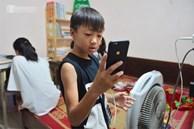 'Quay cuồng' cảnh học online trong gia đình 8 người con ở Hà Nội: Đứa mượn điện thoại, đứa đi học nhờ, đứa tranh thủ học ké khi anh chị được ra chơi