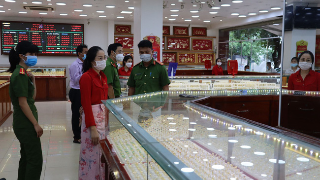 Nữ chúa nhẫn trộm 2.380 nhẫn vàng ở Bình Phước bằng cách nào?-2