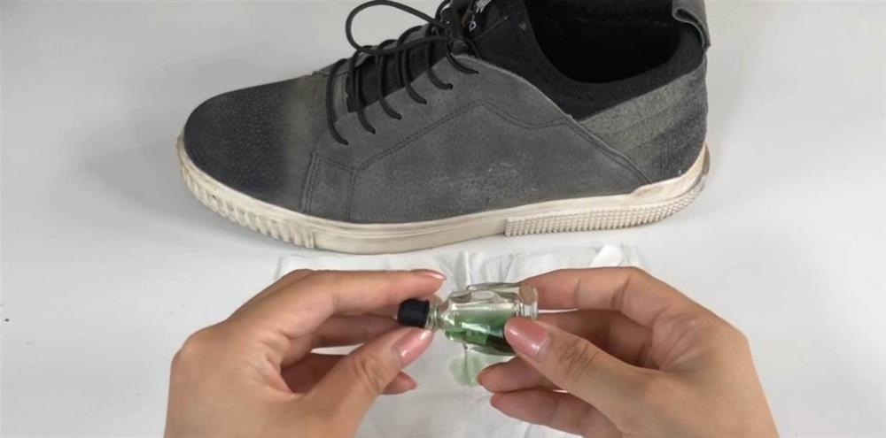 Đừng lo lắng về đôi giày ướt đẫm mồ hôi, hãy rắc một ít hỗn hợp này vào sẽ nhanh chóng loại bỏ mùi khó chịu-2