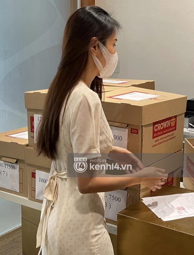 Cận cảnh chồng thùng giấy chứa 18.000 tờ sao kê 177 tỷ kêu gọi cứu trợ miền Trung của vợ chồng Thuỷ Tiên - Công Vinh!-3