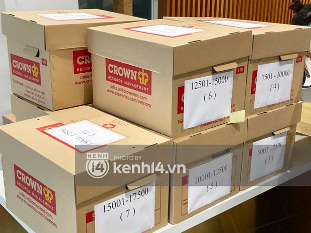 Cận cảnh chồng thùng giấy chứa 18.000 tờ sao kê 177 tỷ kêu gọi cứu trợ miền Trung của vợ chồng Thuỷ Tiên - Công Vinh!-1