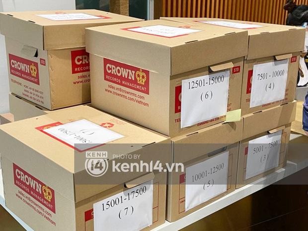 Cận cảnh chồng thùng giấy chứa 18.000 tờ sao kê 177 tỷ kêu gọi cứu trợ miền Trung của vợ chồng Thuỷ Tiên - Công Vinh!-2