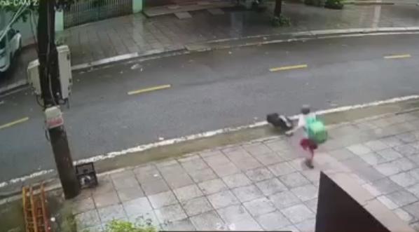 Kinh hãi cảnh bé trai trêu chó rồi bị phản đòn đầy đau đớn giữa đường phố-2
