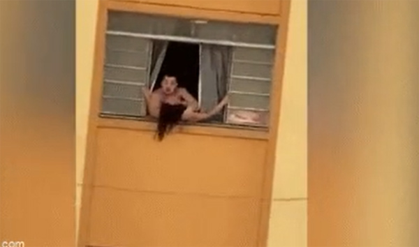 Bị chồng tra tấn đánh đập, vợ bầu 2 tháng liều mạng chạy ra cửa sổ định nhảy xuống, những gì xảy ra tiếp theo gây phẫn nộ-1