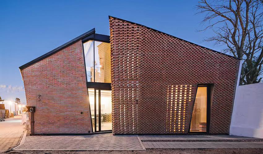 Căn nhà 35m2 với thiết kế gạch đỏ phá cách, nhỏ xinh nhưng vô cùng ấn tượng-1