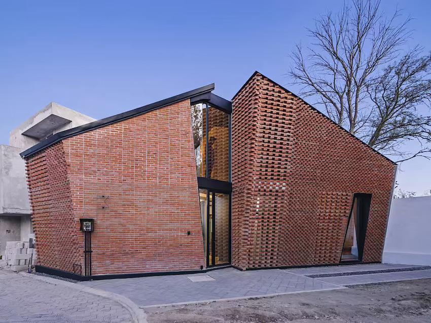 Căn nhà 35m2 với thiết kế gạch đỏ phá cách, nhỏ xinh nhưng vô cùng ấn tượng-2
