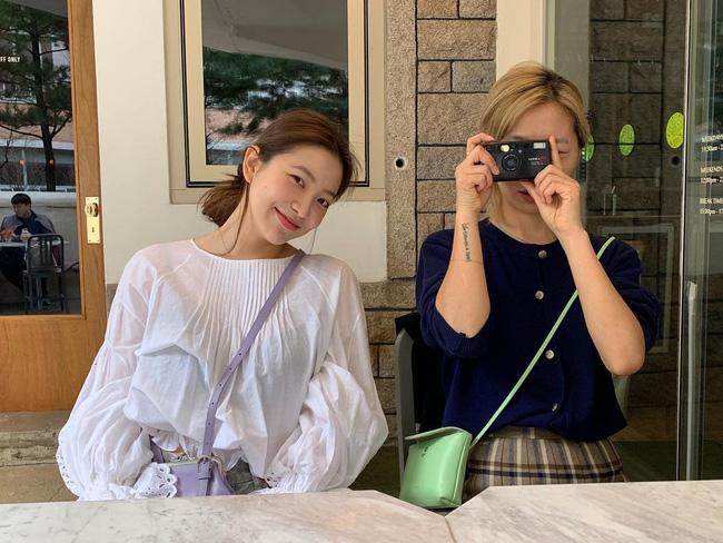 Mặc áo blouse đẹp như Red Velvet: 13 cách mix đơn giản nhưng trẻ trung, chuẩn sang xịn mịn-3