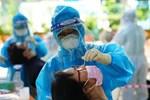 Hà Nội: Dựng rào chắn, khẩn trương xét nghiệm người liên quan gia đình 6 người dương tính SARS-CoV-2 ở vùng xanh Long Biên-4