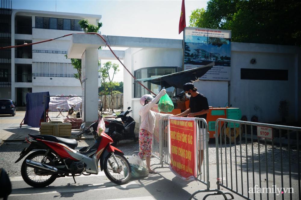 Hà Nội: Dựng rào chắn, khẩn trương xét nghiệm người liên quan gia đình 6 người dương tính SARS-CoV-2 ở vùng xanh Long Biên-1