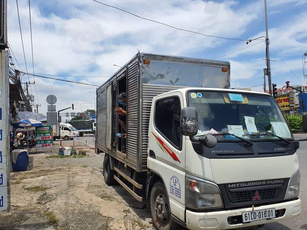 """TP.HCM: Phát hiện xe tải nhét"""" 6 người là các F0 đã khỏi bệnh trong thùng hàng-2"""