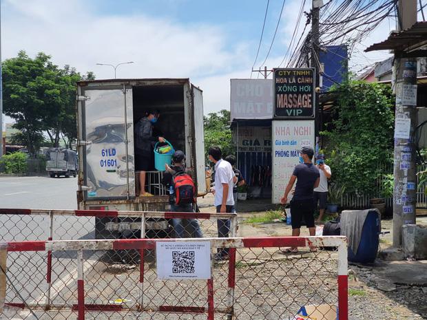 """TP.HCM: Phát hiện xe tải nhét"""" 6 người là các F0 đã khỏi bệnh trong thùng hàng-1"""