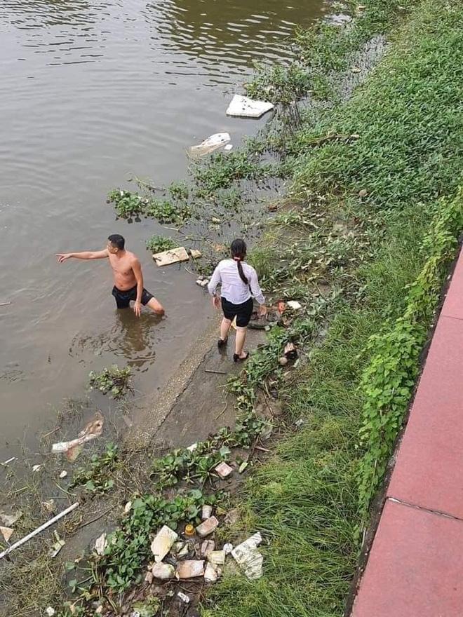 Clip chiến sĩ bơi một đoạn sông dài cứu người phụ nữ chới với giữa dòng khiến nhiều người nể phục: Không kém Michael Phelps-4