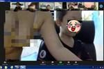 Lại gần giúp con trai chỉnh máy tính học online, bà mẹ để lộ hình ảnh 'hớ hênh' khiến cả lớp ngượng chín mặt