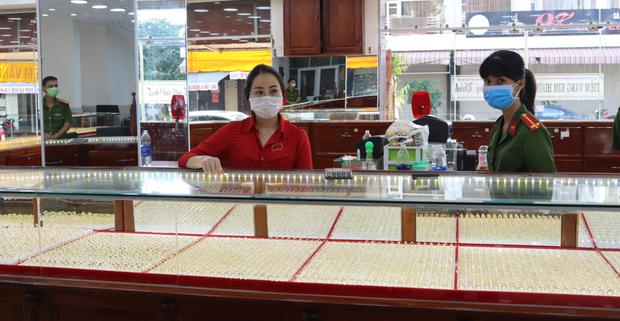 Cận cảnh khám xét nhà trọ của nữ nhân viên trộm 2.380 nhẫn vàng trị giá gần 10 tỷ: Thu giữ hàng trăm giấy tờ cầm đồ-1