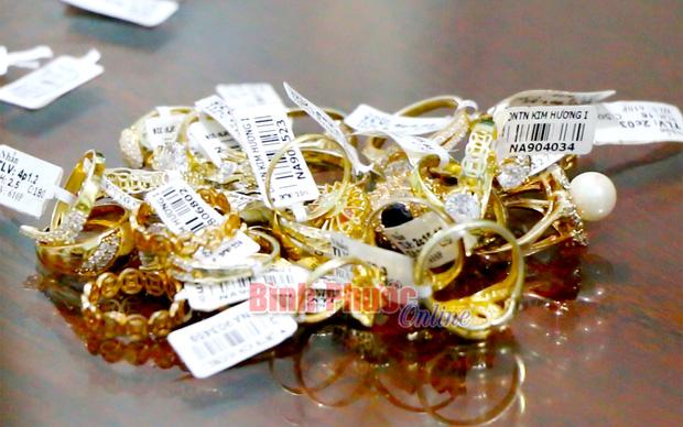 Cận cảnh khám xét nhà trọ của nữ nhân viên trộm 2.380 nhẫn vàng trị giá gần 10 tỷ: Thu giữ hàng trăm giấy tờ cầm đồ-11