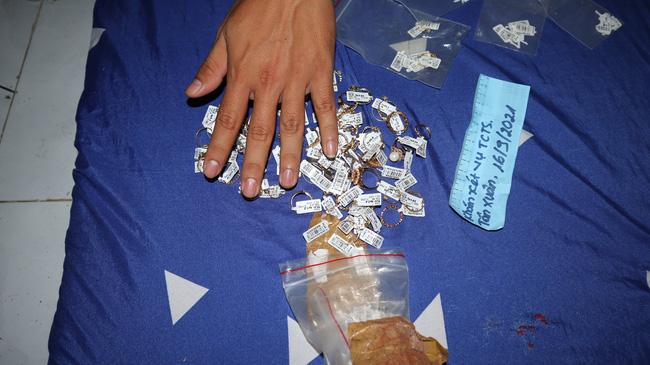 Cận cảnh khám xét nhà trọ của nữ nhân viên trộm 2.380 nhẫn vàng trị giá gần 10 tỷ: Thu giữ hàng trăm giấy tờ cầm đồ-8