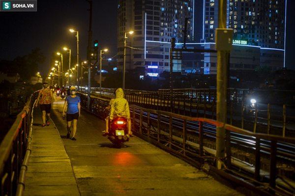 Hà Nội: Nam thanh nữ tú thản nhiên lên cầu Long Biên tâm sự, chụp ảnh, hóng mát bất chấp giãn cách xã hội-1