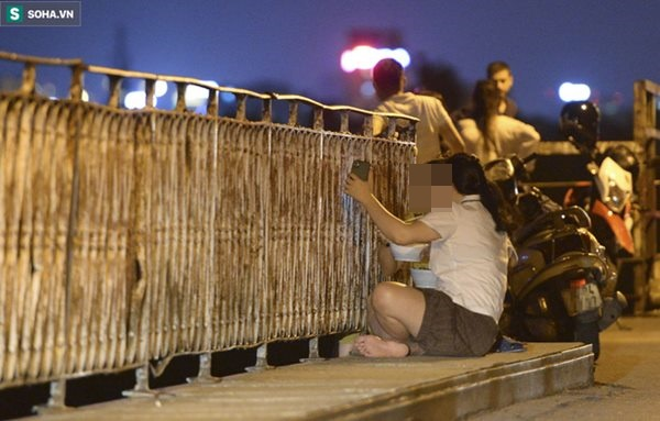 Hà Nội: Nam thanh nữ tú thản nhiên lên cầu Long Biên tâm sự, chụp ảnh, hóng mát bất chấp giãn cách xã hội-2