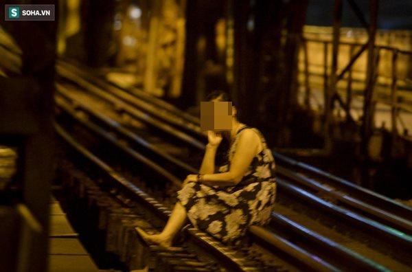 Hà Nội: Nam thanh nữ tú thản nhiên lên cầu Long Biên tâm sự, chụp ảnh, hóng mát bất chấp giãn cách xã hội-4