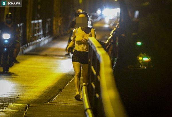 Hà Nội: Nam thanh nữ tú thản nhiên lên cầu Long Biên tâm sự, chụp ảnh, hóng mát bất chấp giãn cách xã hội-5