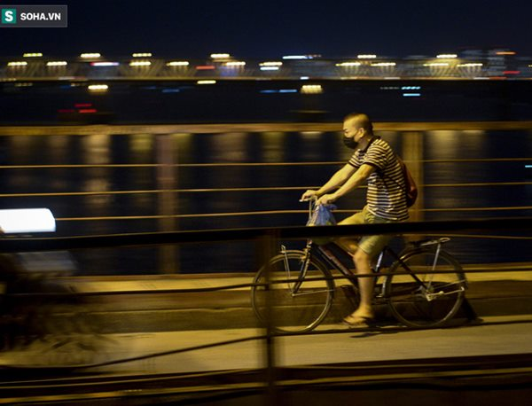 Hà Nội: Nam thanh nữ tú thản nhiên lên cầu Long Biên tâm sự, chụp ảnh, hóng mát bất chấp giãn cách xã hội-6