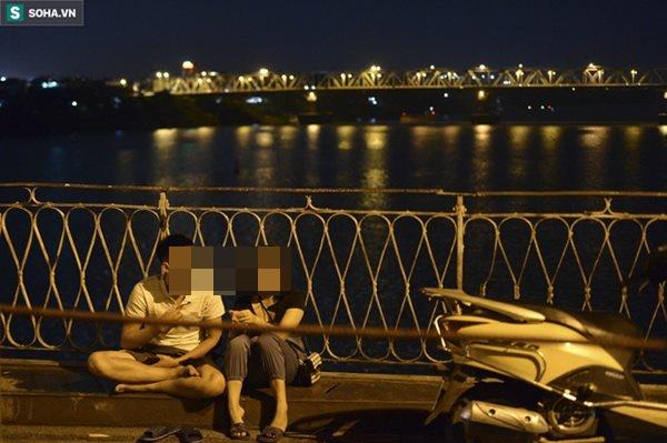 Hà Nội: Nam thanh nữ tú thản nhiên lên cầu Long Biên tâm sự, chụp ảnh, hóng mát bất chấp giãn cách xã hội-7