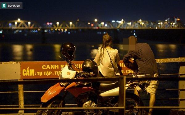 Hà Nội: Nam thanh nữ tú thản nhiên lên cầu Long Biên tâm sự, chụp ảnh, hóng mát bất chấp giãn cách xã hội-8