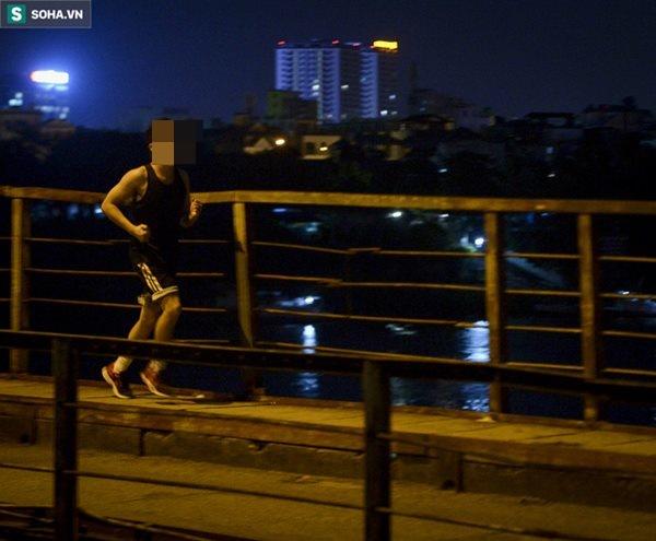 Hà Nội: Nam thanh nữ tú thản nhiên lên cầu Long Biên tâm sự, chụp ảnh, hóng mát bất chấp giãn cách xã hội-9
