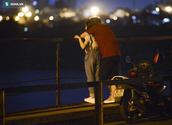Hà Nội: Nam thanh nữ tú thản nhiên lên cầu Long Biên tâm sự, chụp ảnh, hóng mát bất chấp giãn cách xã hội-10
