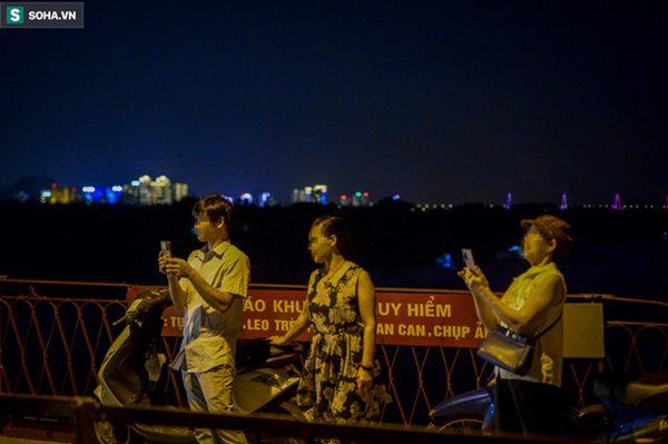 Hà Nội: Nam thanh nữ tú thản nhiên lên cầu Long Biên tâm sự, chụp ảnh, hóng mát bất chấp giãn cách xã hội-11