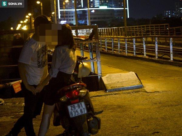 Hà Nội: Nam thanh nữ tú thản nhiên lên cầu Long Biên tâm sự, chụp ảnh, hóng mát bất chấp giãn cách xã hội-12