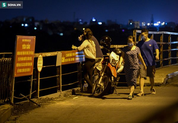 Hà Nội: Nam thanh nữ tú thản nhiên lên cầu Long Biên tâm sự, chụp ảnh, hóng mát bất chấp giãn cách xã hội-13