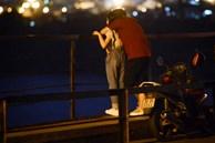 Hà Nội: 'Nam thanh nữ tú' thản nhiên lên cầu Long Biên tâm sự, chụp ảnh, hóng mát bất chấp giãn cách xã hội