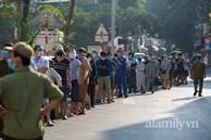 Hà Nội: Hàng trăm người xếp hàng từ rạng sáng chờ mua bánh Trung thu tại điểm bán lưu động, lực lượng chức năng 'rát họng' yêu cầu giãn cách