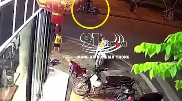 Em bé bất ngờ tụt khỏi xe máy khi đang ngồi cùng bố mẹ, chạy băng qua đường và khoảnh khắc kinh hoàng ngay sau đó-1