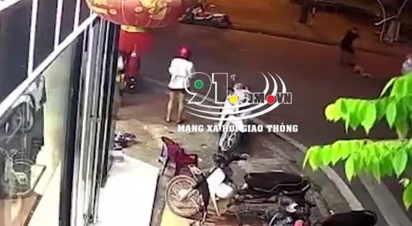 Em bé bất ngờ tụt khỏi xe máy khi đang ngồi cùng bố mẹ, chạy băng qua đường và khoảnh khắc kinh hoàng ngay sau đó-2